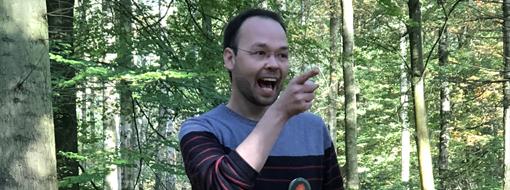 David contant en forêt
