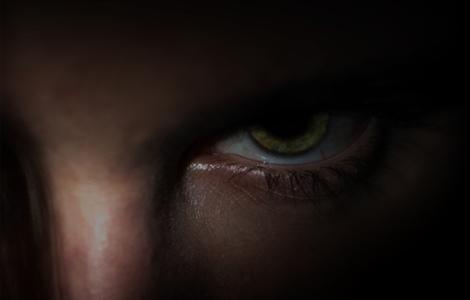 Un oeil dans l'obscurité